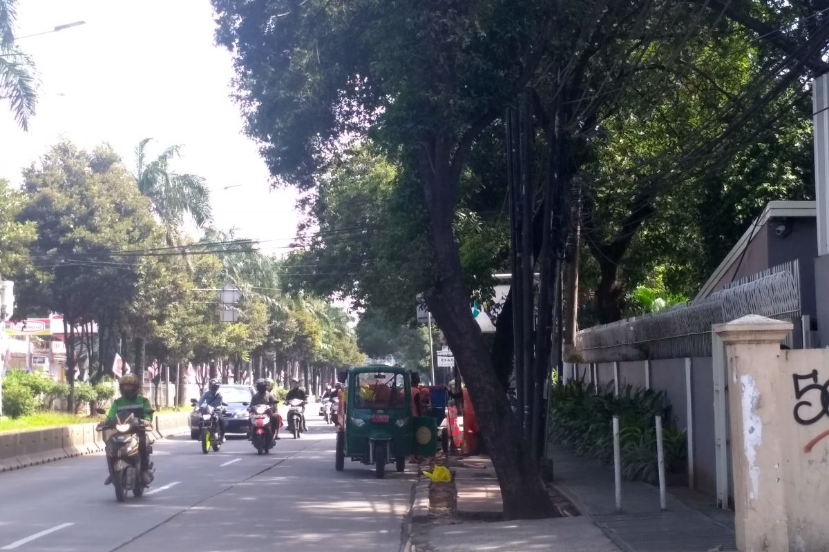 Walkway condition in front of a school along an arterial road
